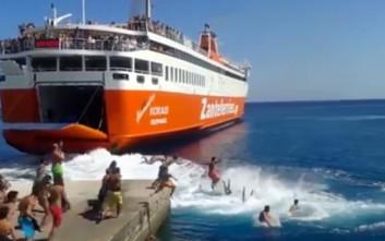 Βουτιές στα απόνερα του πλοίου στη Σίκινο