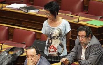 Με μπλούζα-μολότοφ στη Βουλή η Γαϊτάνη