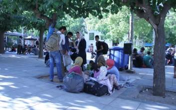 Μπλόκο της αστυνομίας στην παρουσία προσφύγων και μεταναστών στην πλατεία Βικτωρίας