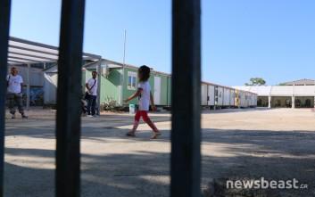 Έτσι ζουν μετανάστες και πρόσφυγες στο κέντρο φιλοξενίας στον Ελαιώνα