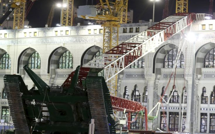 Saudi emergency crew stand near a construction crane after it crashed in the Grand Mosque in the Muslim holy city of Mecca, Saudi Arabia September 11, 2015. At least 107 people were killed when the crane toppled over at Mecca's Grand Mosque on Friday, Saudi Arabia's Civil Defence authority said, less than two weeks before Islam's annual haj pilgrimage.  REUTERS/Stringer      TPX IMAGES OF THE DAY