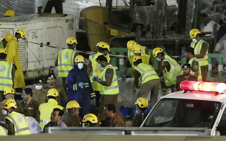 REFILE - CORRECTING GRAMMARSaudi emergency crew gather after a construction crane crashed in the Grand Mosque in the Muslim holy city of Mecca, Saudi Arabia September 11, 2015. At least 107 people were killed when the crane toppled over at Mecca's Grand Mosque on Friday, Saudi Arabia's Civil Defence authority said, less than two weeks before Islam's annual haj pilgrimage. REUTERS/Stringer