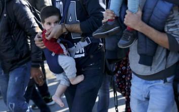 Εθελοντές ράβουν μάρσιπους για να κουβαλούν οι πρόσφυγες τα μωρά τους