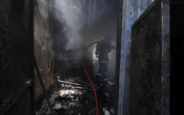 Ένα άτομο νεκρό, δύο με εγκαύματα από τη φωτιά σε σπίτι στο Μοσχάτο