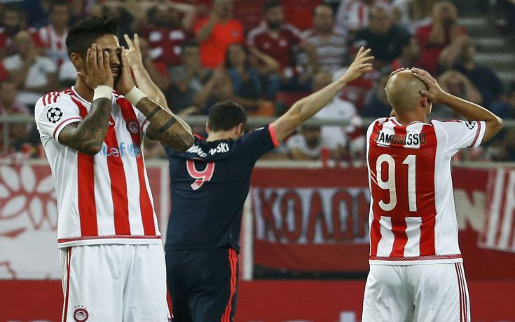 Olympiacos players react as Bayern Munich's Robert Lewandowski (C) celebrates a goal during their Champions League group F soccer match at the Karaiskakis stadium in Piraeus, near Athens, Greece, September 16, 2015.  REUTERS/Paul Hanna  TPX IMAGES OF THE DAY