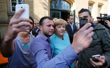 Η Μέρκελ έβγαλε selfie με τους πρόσφυγες