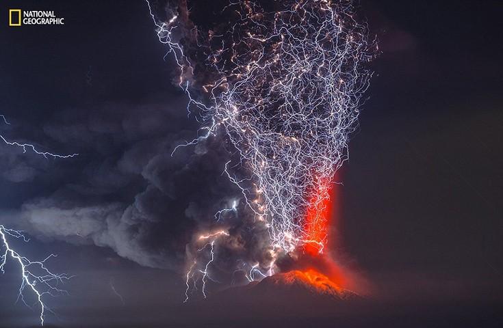 Το ηφαίστειο Calbuco της Χιλής είναι ένα από τα δέκα πιο επικίνδυνα στη χώρα. Τον Απρίλιο, ύστερα από 40 χρόνια αδράνειας, εξερράγη σκορπώντας 200 εκατομμύρια τόνους στάχτης. Φωτογραφία: Francisco Negroni