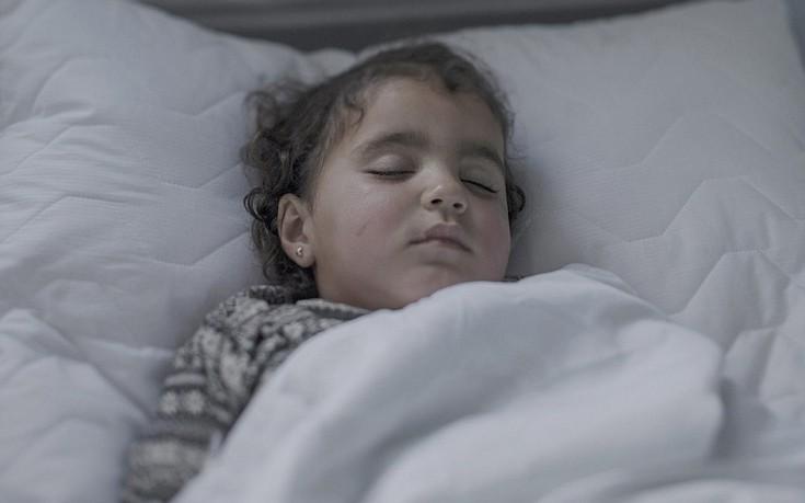 01781dcccfc Η 9χρονη Shiraz ήταν τριών μηνών όταν εμφάνισε πυρετό και διαγνώστηκε με  πολιομυελίτιδα. Κοιμάται σε μια ξύλινη κούνια σε προσφυγικό καταυλισμό στην  ...