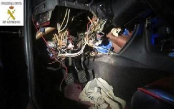 Εντόπισαν μετανάστη μέσα στη μηχανή αυτοκινήτου!