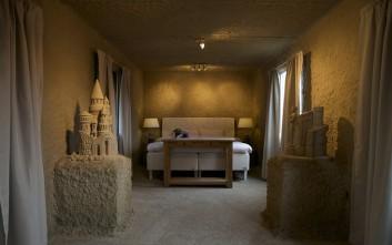 Η πιο περίεργη διαμονή στο ξενοδοχείο από... άμμο