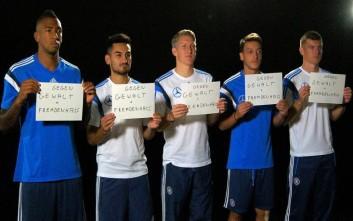 Η εθνική ομάδα ποδοσφαίρου της Γερμανίας στο πλευρό των προσφύγων