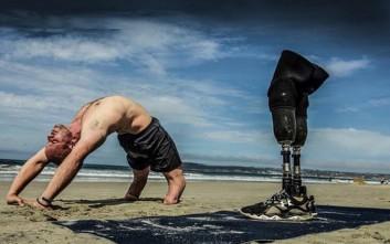 Βετεράνος στρατιώτης με ακρωτηριασμένα μέλη διδάσκει γιόγκα