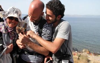 Σύρος πρόσφυγας έφτασε στην Ελλάδα με το γατάκι του
