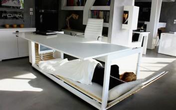 Κοιμηθείτε στο γραφείο χάρη σε αυτό το εκπληκτικό έπιπλο