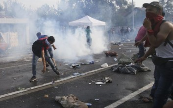 Δακρυγόνα και αντλίες νερού κατά μεταναστών από την Ουγγαρία
