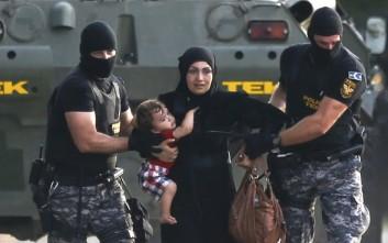 Μετανάστες έσπασαν τον αστυνομικό κλοιό και μπήκαν στην Ουγγαρία