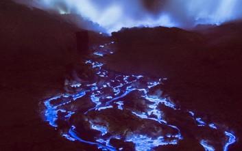 Το απόκοσμο ηφαίστειο που εκτοξεύει μπλε λάβα