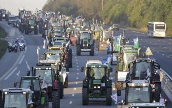 Κόβουν τη χώρα στα δύο οι αγρότες