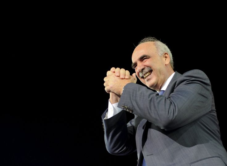 Conservative New Democracy leader Vangelis Meimarakis gestures to supporters during their closing election rally in central Athens, Greece, September 17, 2015. The outcome of Sunday's Greek national election looks more uncertain than ever after the country's two dominant politicians ruled out working with each other and apparently failed to sway undecided voters in a final televised debate.  REUTERS/Michalis Karagiannis