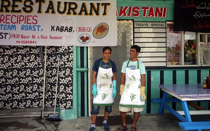 Το πακιστανικό εστιατόριο ήταν η πρώτη επιχείρηση που άνοιξαν πρόσφυγες στο νησί. Έκλεισε ύστερα από λίγους μήνες.