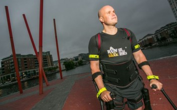 Παράλυτος κινεί ξανά τα πόδια του με ρομποτικό εξωσκελετό