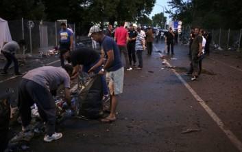 Πρόσφυγες στην Ουγγαρία καθάρισαν τον δρόμο μετά τα επεισόδια