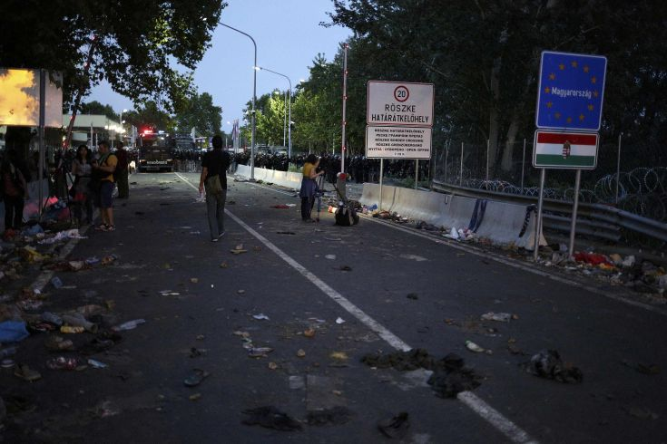 A view shows the border crossing between Serbia and Hungary after clashes earlier today, near the village of Horgos, Serbia, September 16, 2015. Twenty Hungarian policemen and two children were injured on the Hungarian border with Serbia in clashes that erupted after a group of migrants tried to break through the frontier, the prime minister's security adviser said. REUTERS/Stoyan Nenov
