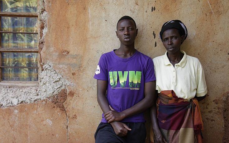 Ο Olivier Utabazi, 19 ετών , και η μητέρα του, Epiphane Mukamakombe, 44, έξω από το σπίτι τους στην Kibilizi. Ο γιος που απέκτησε από βιασμό είναι σήμερα  ο μόνος συγγενής της εν ζωή αφού η υπόλοιπη οικογένειά της σκοτώθηκε κατά την γενοκτονία