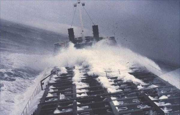 ships-in-storm-17