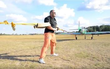 Ο άνδρας που τραβά δύο αεροπλάνα με τα χέρια του!