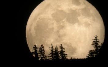 Υπερθέαμα τα ξημερώματα με «Ματωμένη Σελήνη»