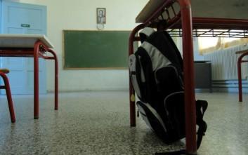 Δασκάλα έριξε στο πάτωμα μαθητή της και άρχισε να τον σέρνει