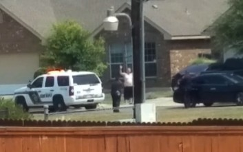 Αστυνομικοί πυροβολούν άνδρα στο Τέξας με τα χέρια ψηλά