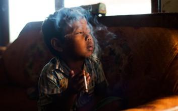 Εικόνες από παιδιά που καπνίζουν