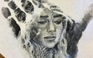 Ζωγραφίζει ρεαλιστικά πορτρέτα στην παλάμη του