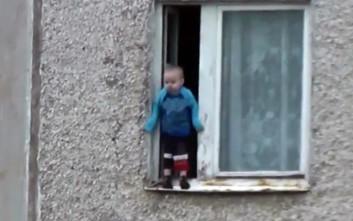 Σοκ με παιδί που παίζει σε περβάζι παραθύρου