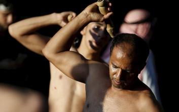 Σιίτες μουσουλμάνοι τιμούν την Ασούρα με αυτομαστίγωμα