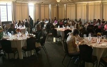 «Γαμήλιο» τραπέζι με καλεσμένους τους άστεγους της πόλης