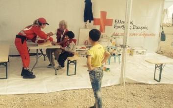 Χιλιάδες πρόσφυγες στις ιατρικές σκηνές του Ερυθρού Σταυρού στην Ειδομένη