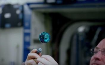 Αστροναύτης παίζει με μια μπάλα νερού στο διάστημα
