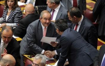 Πηγαδάκια, γέλια και κομψές παρουσίες στη Βουλή