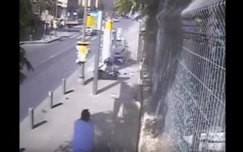 Παλαιστίνιος χτυπάει Ισραηλινούς σε στάση και τους σφάζει με μανία με μπαλτά