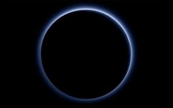 Μπλε ουρανό και παγωμένο νερό διαθέτει ο Πλούτωνας