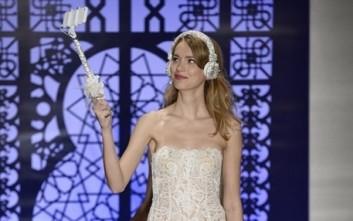 Η νέα τρέλα στους γάμους λέγεται wedding selfie stick