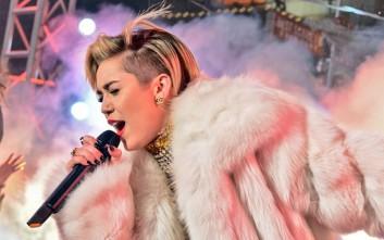 Η Miley Cyrus θα τραγουδήσει γυμνή μπροστά σε γυμνό κοινό