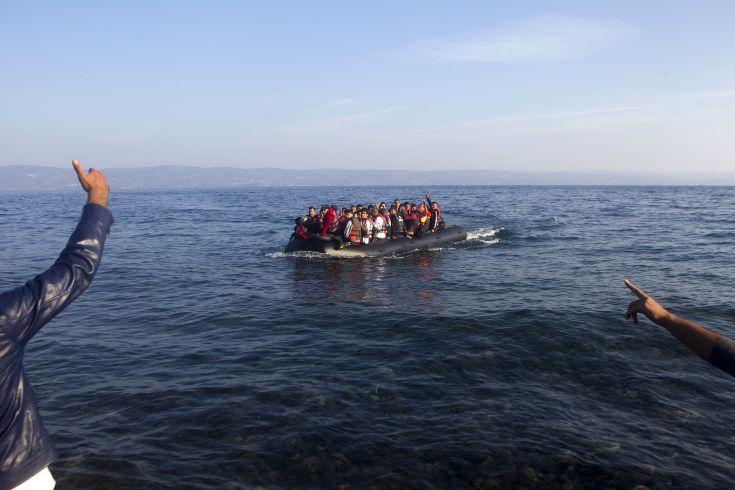 Refugees and migrants arrive on an overcrowded dinghy on the Greek island of Lesbos, after crossing a part of the Aegean Sea from the Turkish coast, October 4, 2015. Refugee and migrant arrivals to Greece this year will soon reach 400,000, according to the UN Refugee Agency (UNHCR). REUTERS/Dimitris Michalakis