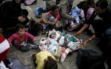 Τα τρίδυμα προσφυγόπουλα στο λιμάνι του Πειραιά