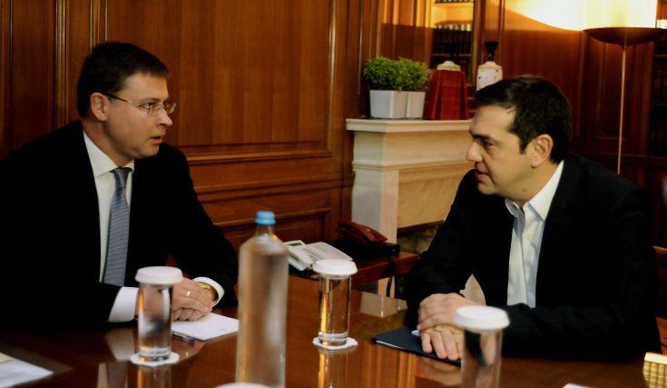 Ντομπρόβσκις: Η ελληνική οικονομία τελικώς ανακάμπτει