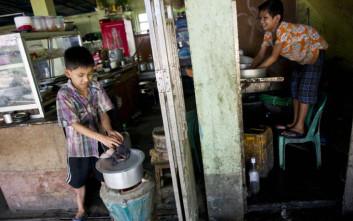 Ούτε σχολείο, ούτε παιχνίδι για τα παιδιά της Μιανμάρ