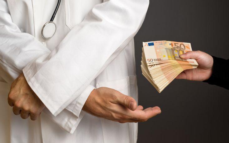 Συνελήφθη γιατρός με φακελάκι 1.000 ευρώ